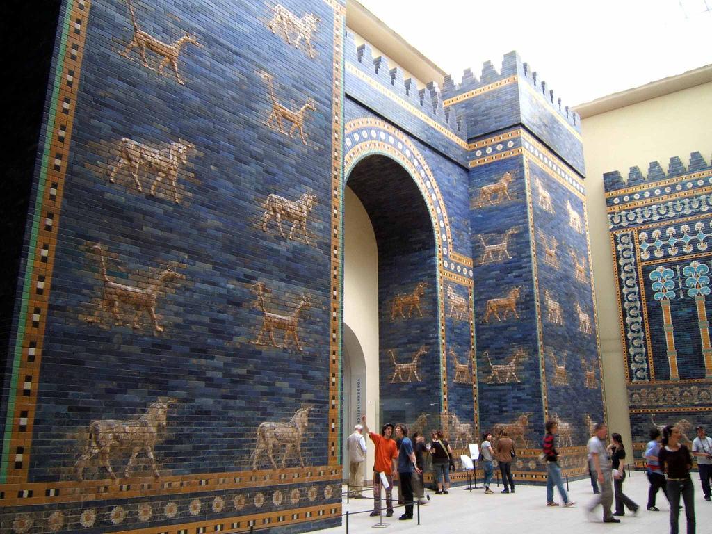 El azul existe desde hace poco - Página 2 Ishtar_gate_at_berlin_museum